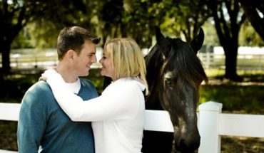 romance-couple-kissing-near-horse